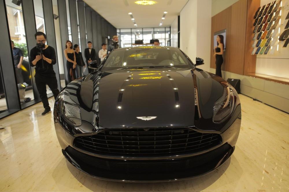 Siêu xe Aston Martin DB11 V8 màu đen Ultramarine Black tại buổi khai trương đại lý Aston Martin chính hãng đầu tiên tại Việt Nam