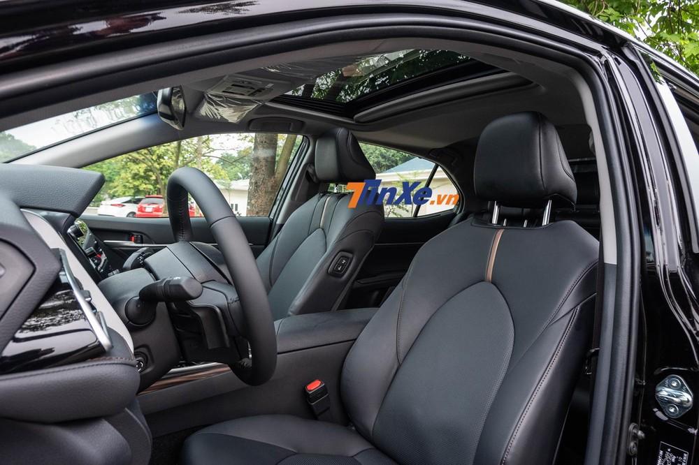 Nếu lựa chọn màu sắc nội thất là màu đen, hàng ghế trên Toyota Camry 2019 sẽ nổi bật hơn với viền trang trí có màu vàng kim loại nằm ở chính giữa