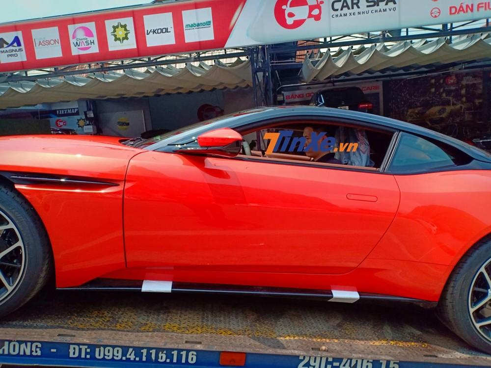 Chiếc siêu xe Aston Martin DB11 V8 này sở hữu gam màu cam Cosmos