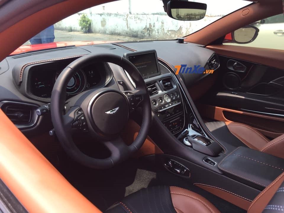 Nội thất của siêu xe Aston Martin DB11 mang màu sơn cam Cosmos