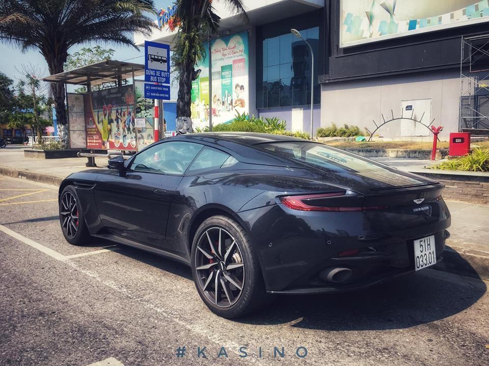 Siêu xe Aston Martin DB11 V8 tại Đà Nẵng mang màu sơn đen Ultramarine