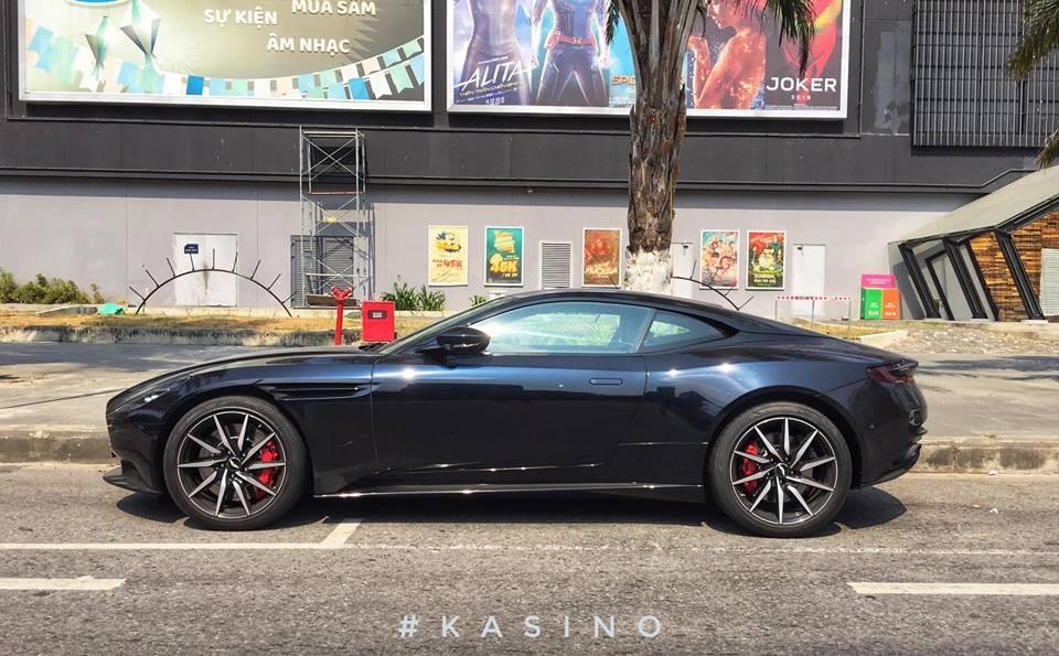 siêu xe Aston Martin DB11 V8 của doanh nhân Đà Nẵng mới xuất hiện trên đường phố trong dịp nghỉ lễ 30/4 và 1/5