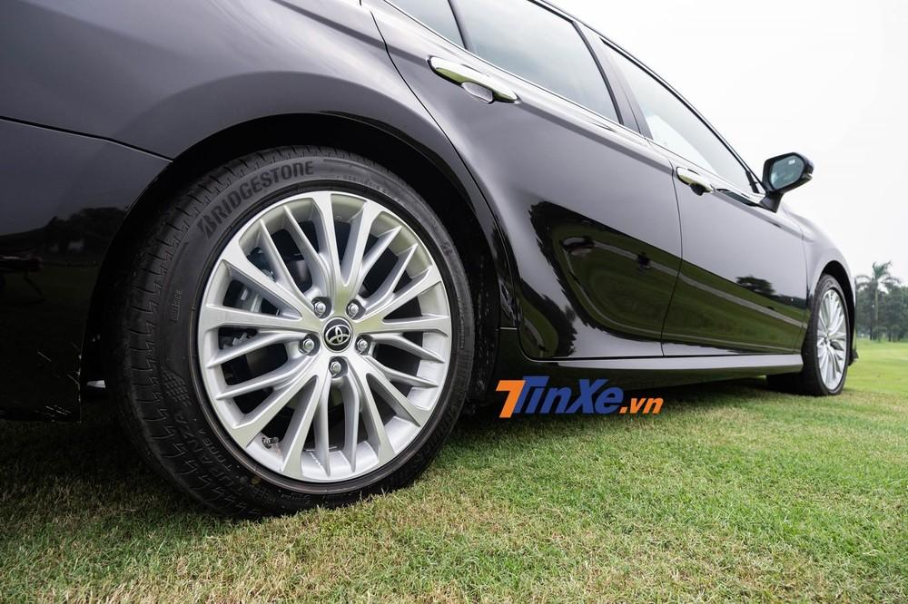 Thiết kế đuôi sau của Toyota Camry 2019 đầy hiện đại, trẻ trung và thể thao