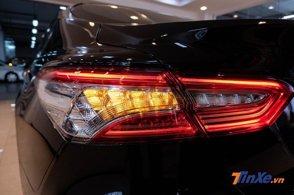 Cụm đèn hậu full LED tích hợp xi-nhan cùng đèn LED định vị ban ngày khá bắt mắt
