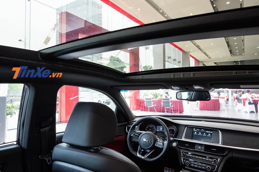 Cửa sổ trời vẫn được trang bị nhưng điểm mới ở bản 2.4 GT-Line mới chính là sự xuất hiện của đèn nội thất