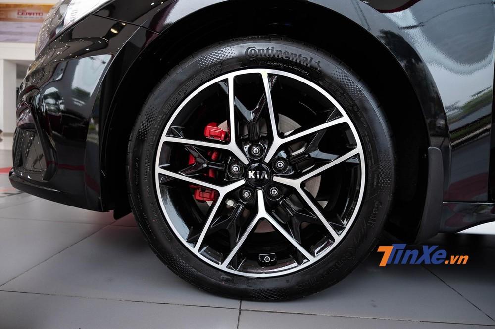 Bản thường chỉ được trang bị mâm 17 inch nhưng bản GT-Line lại sở hữu vành hợp kim 18 inch, 5 chấu kép phối 2 tông màu