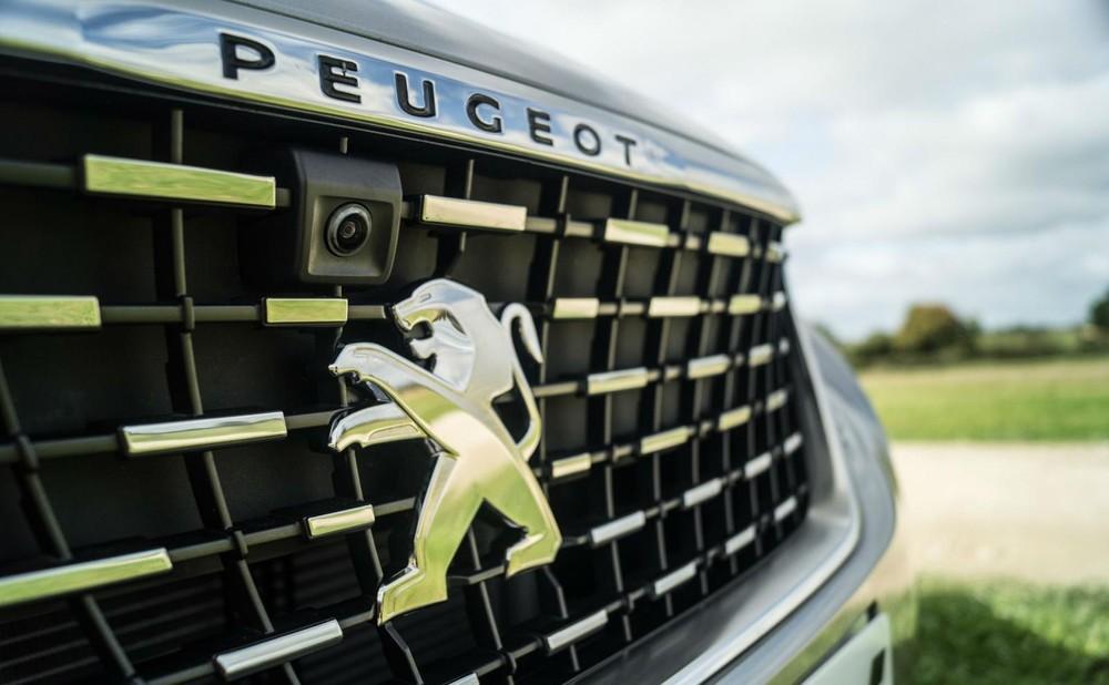 Đầu xe nổi bật với thiết kế lưới tản nhiệt khá sang trọng