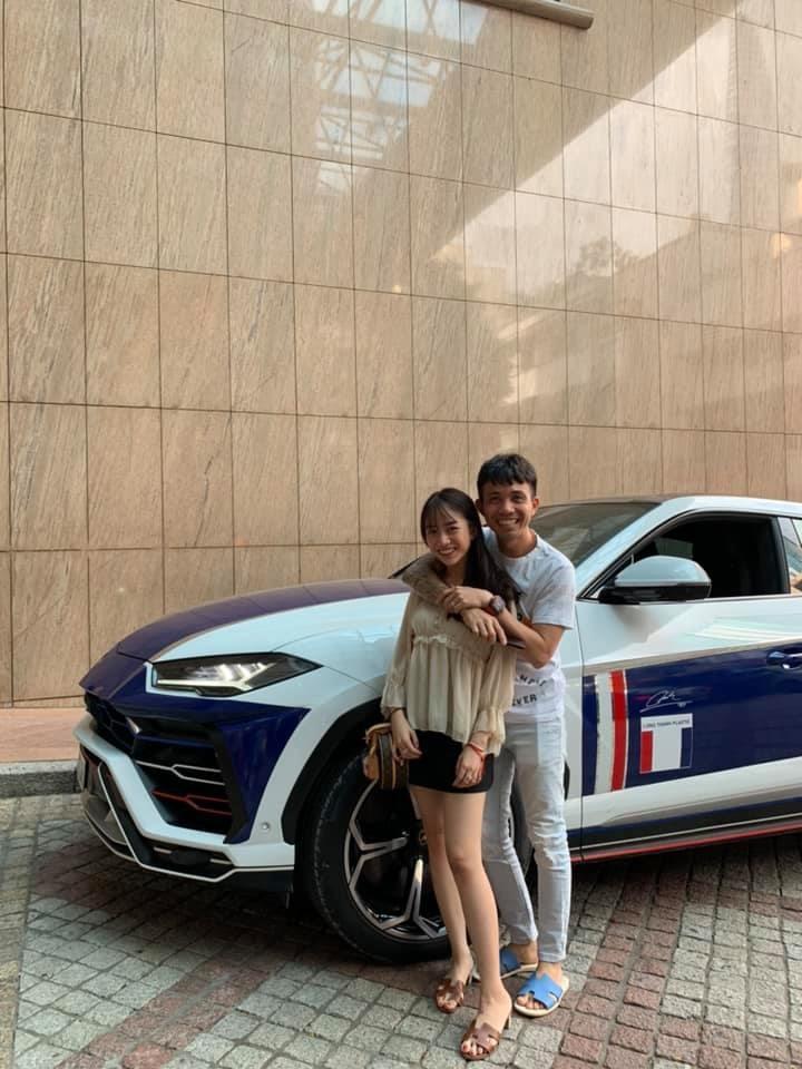 Cô gái chia sẻ bức ảnh chụp cùng với bố để khẳng định thân phận mình là con gái Minh Nhựa