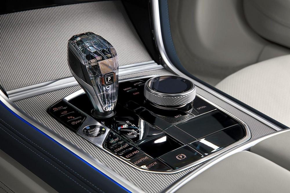 Cụm điều khiển trung tâm của BMW 8-Series Gran Coupe 2020 với cần số pha lê đẹp mắt