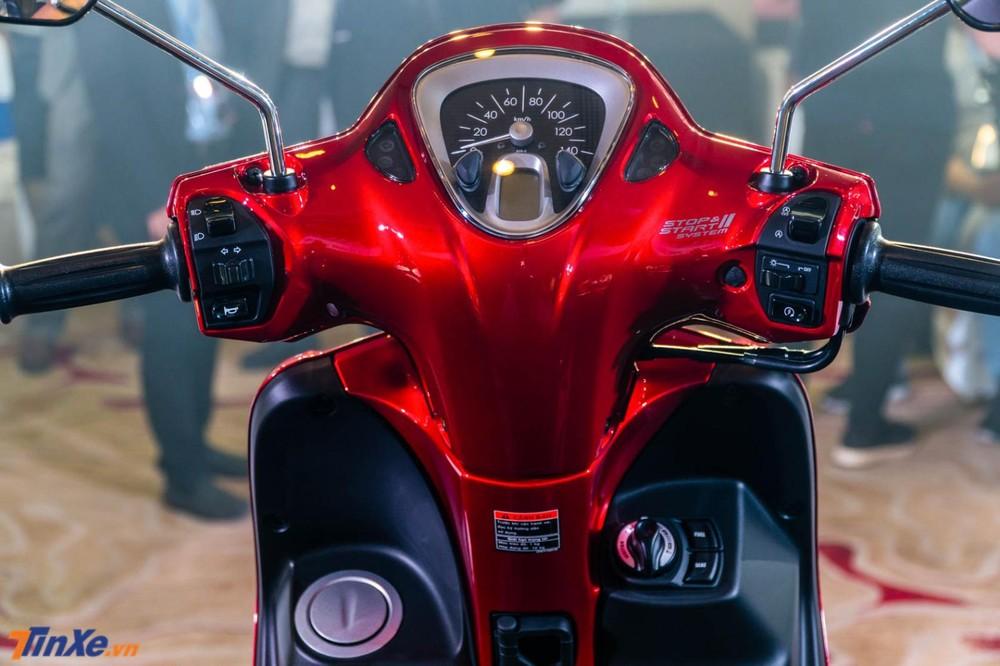 Xe trang bị đồng hồ analog kết hợp màn hình LCD, khóa thông minh Smart Key và nắp bình xăng tiện lợi