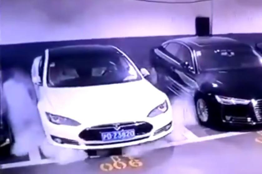 Hình ảnh chiếc Tesla Model S bỗng nhiên bốc cháy ở Thượng Hải