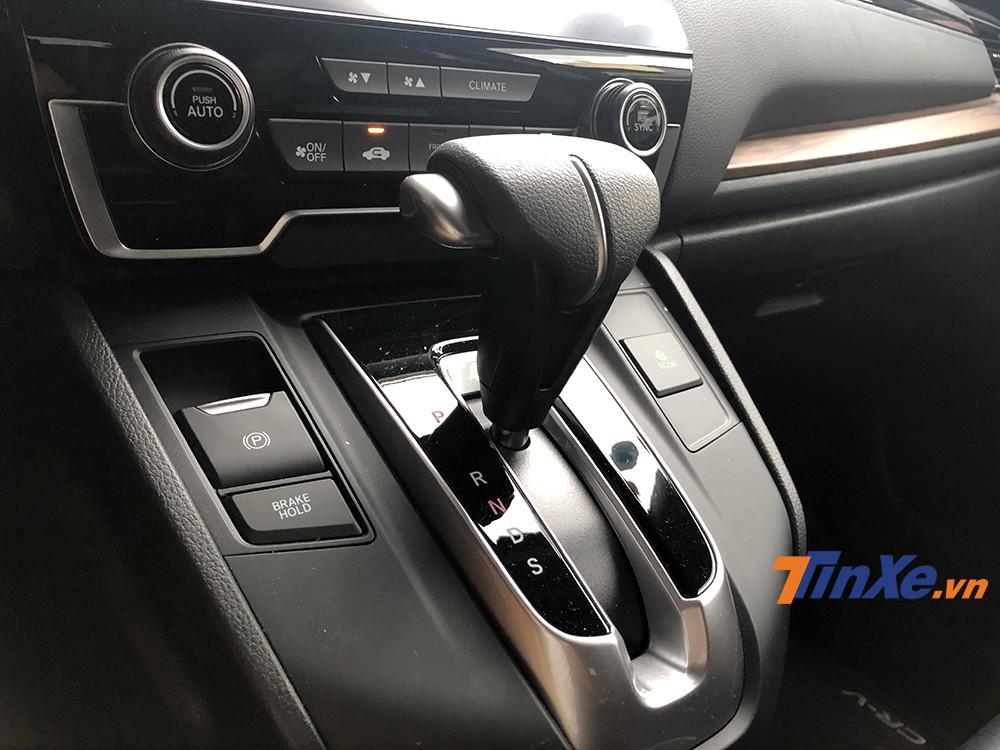 Kích hoạt hệ thống tự động kéo phanh tay điện tử khi dừng xe tắt máy sẽ mang lại sự thuận tiện, an toàn hơn cho các chủ xe đang sở hữu Honda CR-V Turbo 2019.