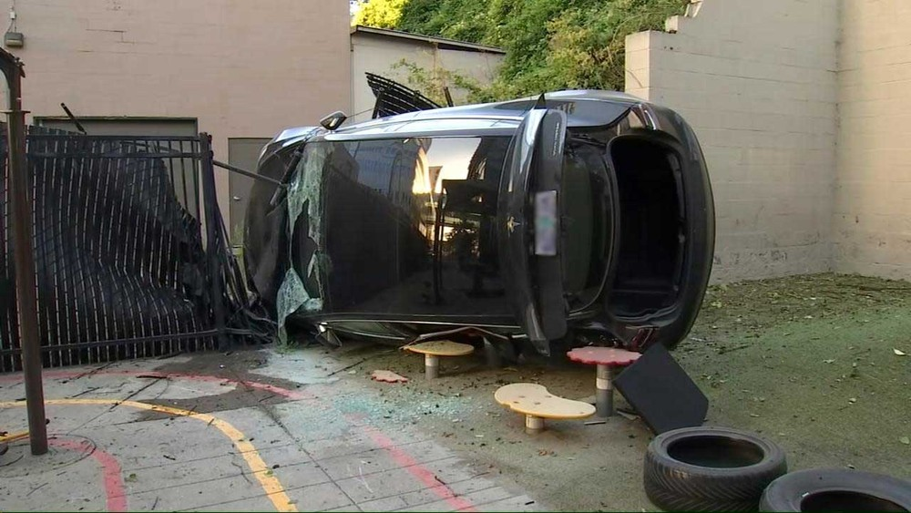 Chiếc Tesla Model 3 nằm lật nghiêng tại hiện trường vụ tai nạn