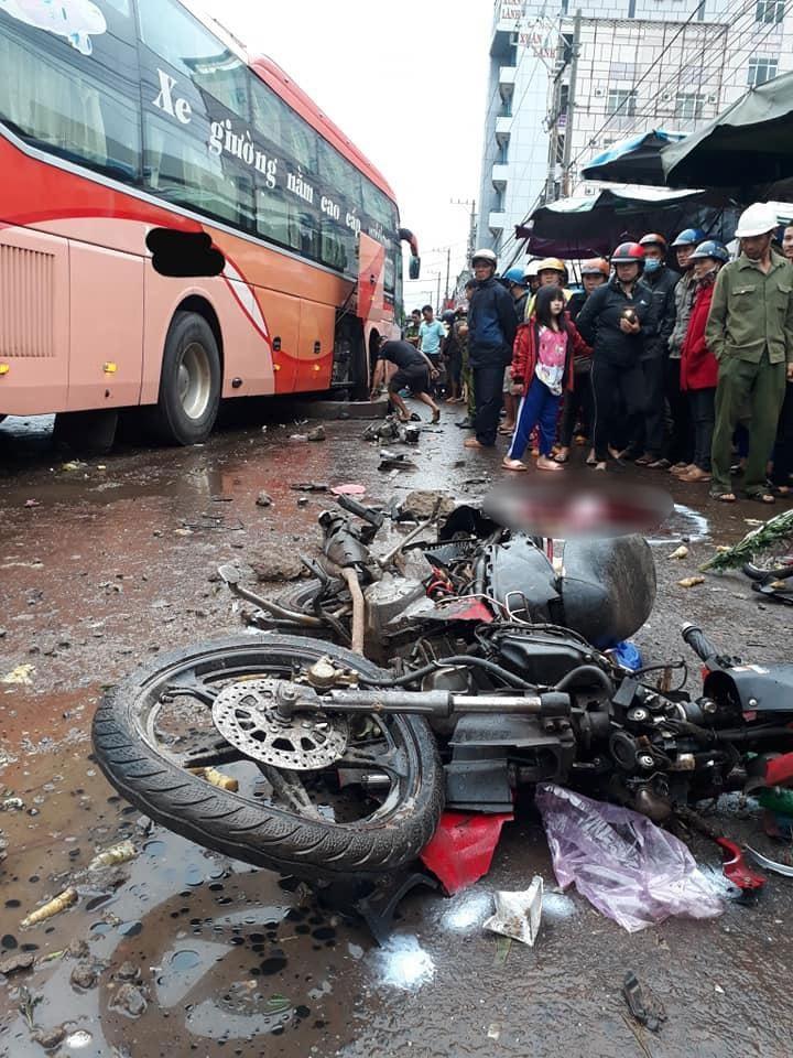 Hiện trường vụ tai nạn kinh hoàng tại thị trấn Chư Sê vào sáng nay