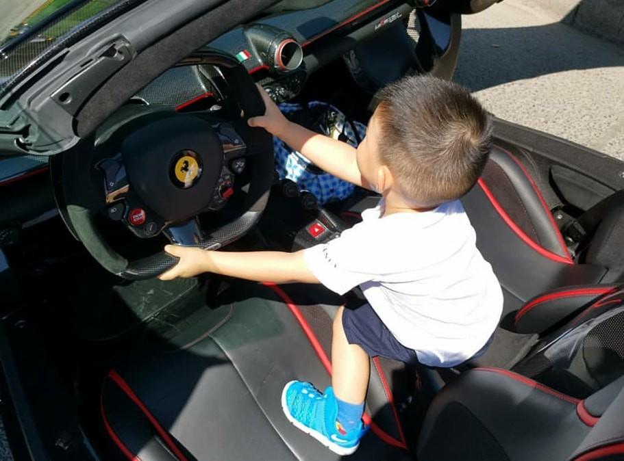 Cùng trang lứa với cậu bé này, có lẽ các bạn còn đang mải mê chơi với những chiếc siêu xe mô hình