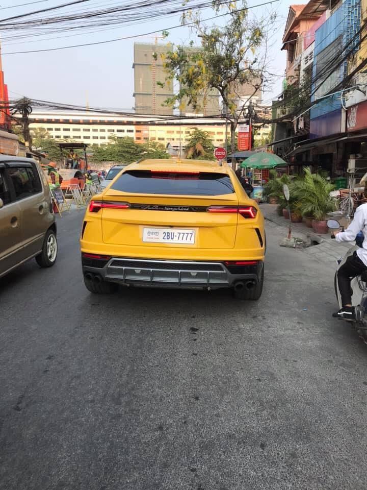 Một chiếc Lamborghini Urus màu sơn vàng Giallo Auge đeo biển tứ quý 7
