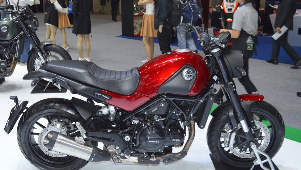 Xe trang bị động cơ xylanh đôi, dung tích 499,6 cc