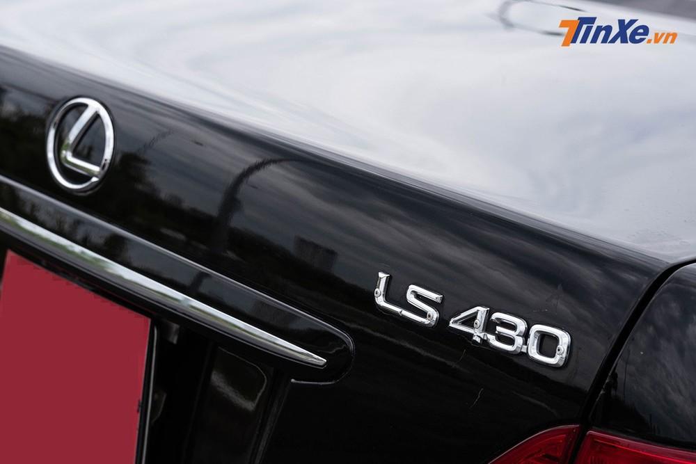 """Logo LS 430 có những con ốc bắt giữ vị trí vừa """"thô"""" vừa """"cổ điển"""""""