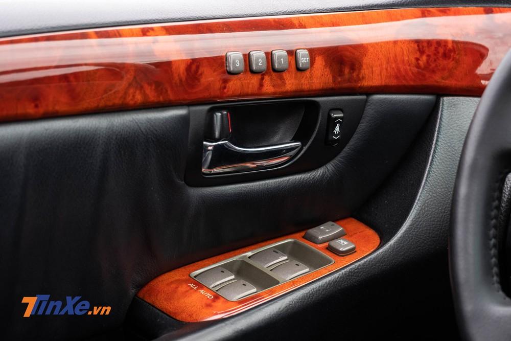 Cửa kính trên xe đều có chỉnh điện 1 chạm và đặc biệt với 2 lớp kính, xe có khả năng cách nhiệt và cách âm khá tốt
