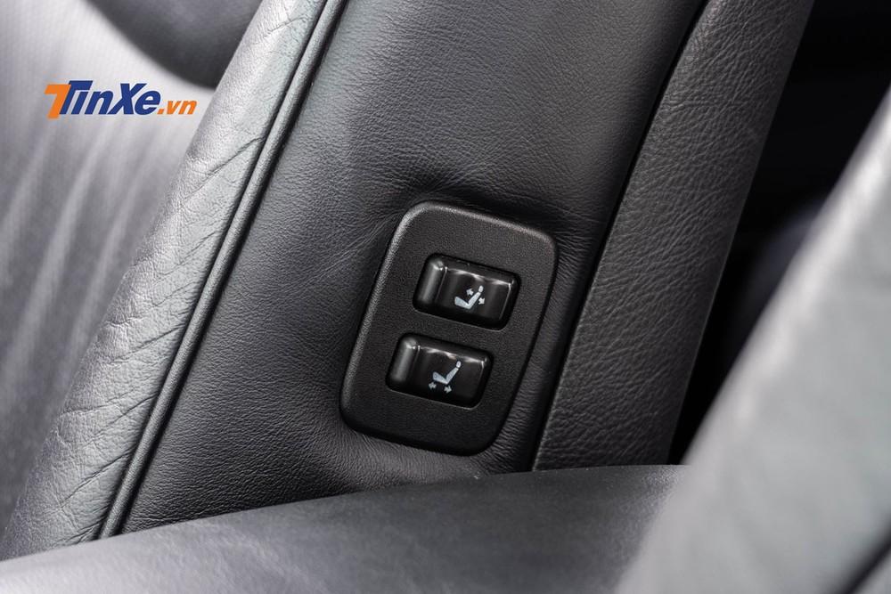 Bên hông ghế phụ phía trước có nút điều chỉnh cho phép người ngồi hàng ghế sau chủ động sắp xếp không gian ngồi của mình – một chi tiết vẫn luôn được chú trọng trên những mẫu xe sang ngày nay