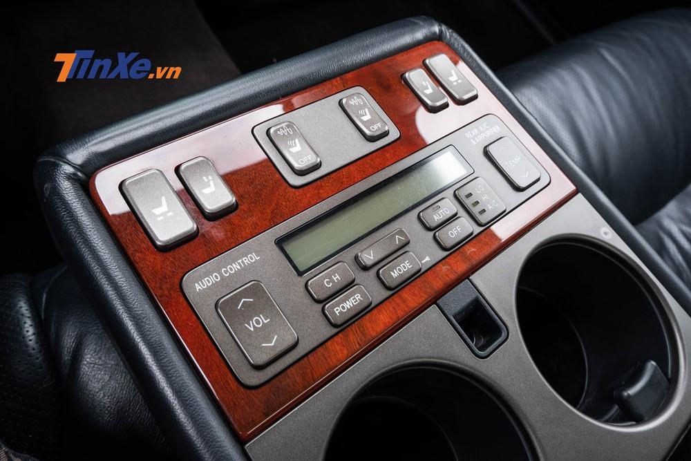 Bảng điều khiển đầy đủ các chức năng chỉnh điển cho ghế, làm mát, sưởi ẩm, chỉnh điều hòa, âm thanh đồng thời có cả mát-xa