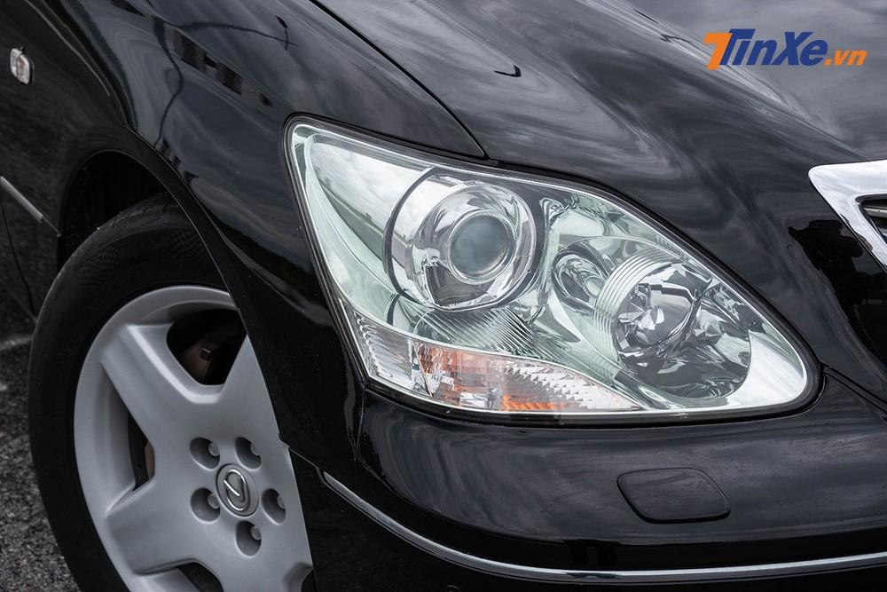 Đèn cos sử dụng bóng halogen, đèn pha được trang bị bóng Bi-Xenon với chóa đèn được thiết kế tỉ mỉ, đẹp mắt