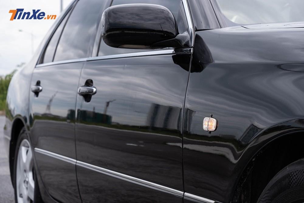 Là một mẫu xe thuộc thế hệ cũ, xi-nhan không được tích hợp lên gương chiếu hậu mà đặt ở thân xe khu vực gần với hốc bánh trước