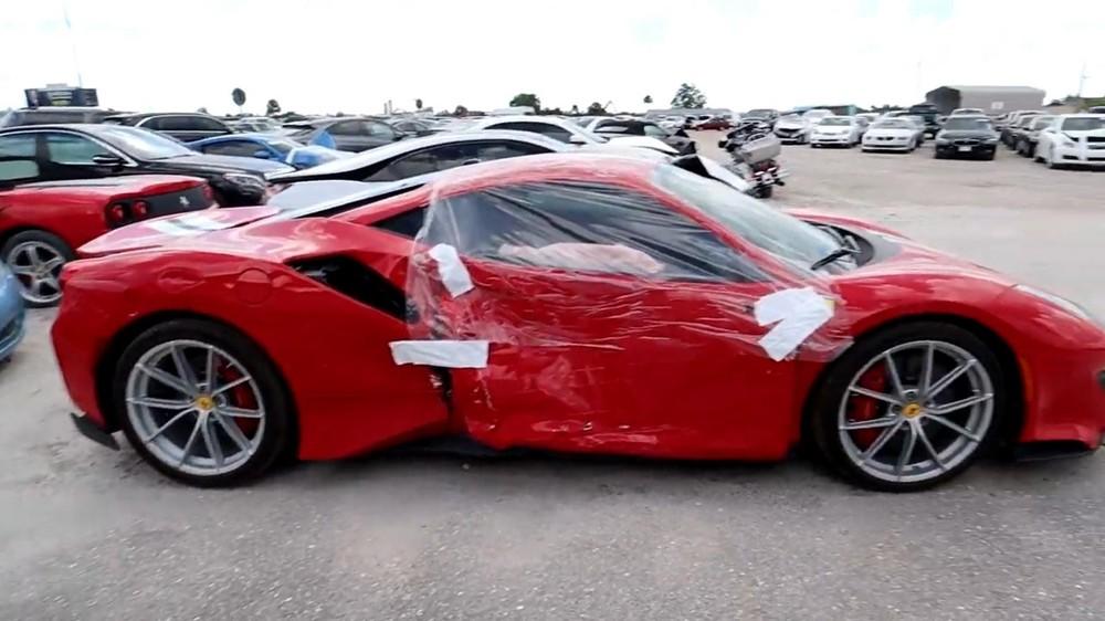 Chiếc Ferrari 488 Pista 2019 bị bẹp dúm sườn xe