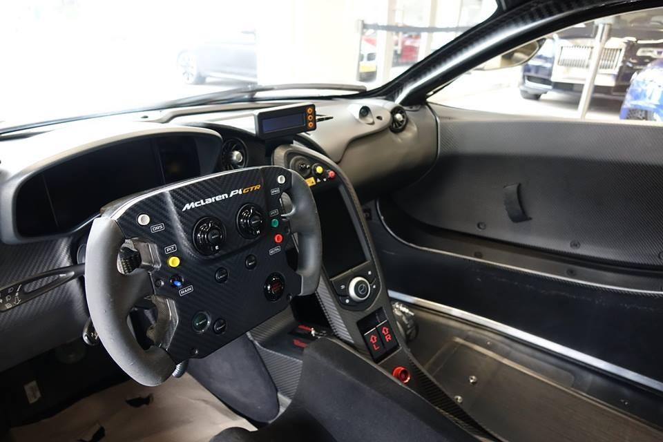 Vô-lăng xe đua của McLaren P1 GTR