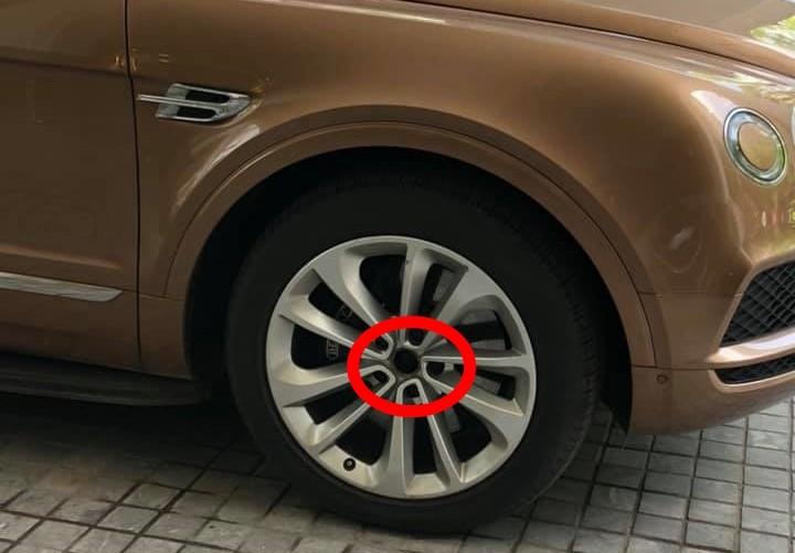 Logo bánh xe phía trước