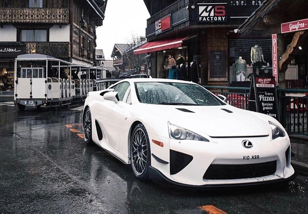Lexus LFA của Pasin Lathouras nguyên bản có màu sơn trắng