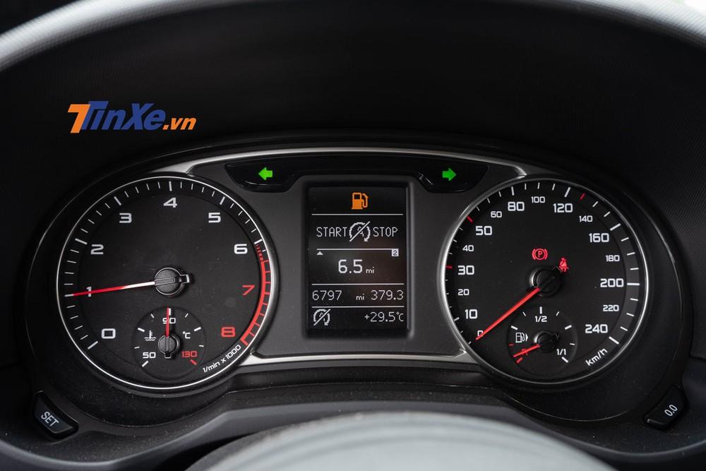 Bảng đồng hồ trên xe có dạng analogue kết hợp với màn hình đơn sắc