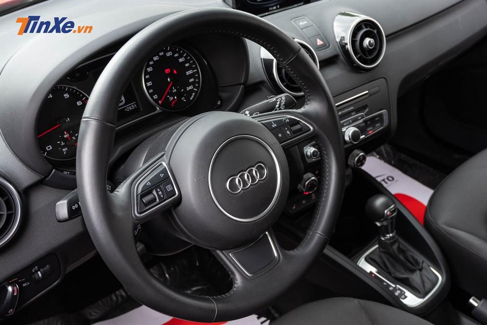 Vô lăng 3 chấu bọc da với khá đầy đủ nút bấm điều chỉnh tính năng, giá như được Audi thiết kế dạng vát đáy thì sẽ bắt mắt hơn