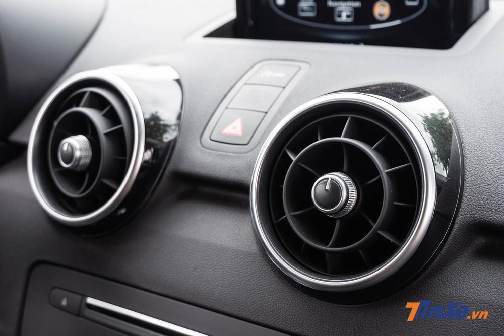 Cửa gió điều hòa trên xe có tạo hình giống động cơ phản lực khá bắt mắt