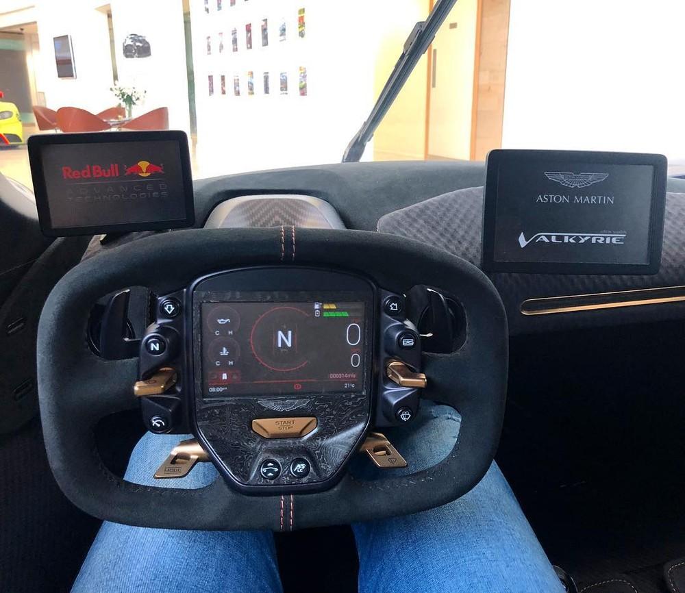Pasin Lathouras bên trong khoang lái Aston Martin Valkyrie