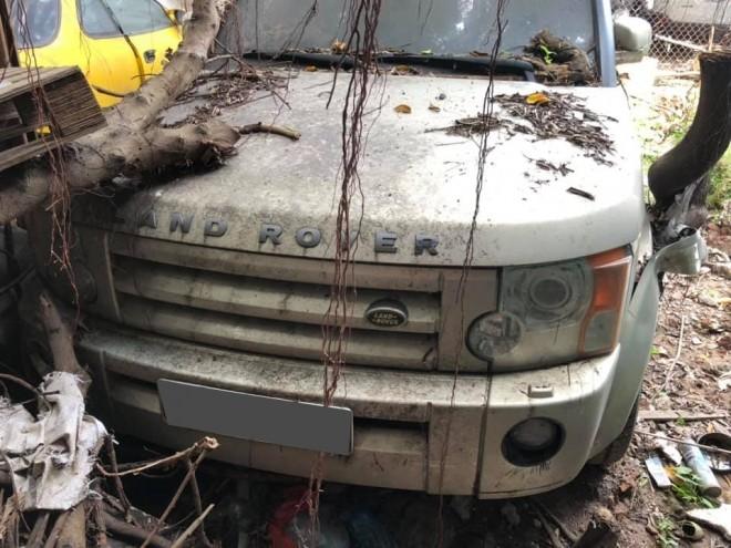 Các rễ cây bám xung quanh chiếc Land Rover Discovery