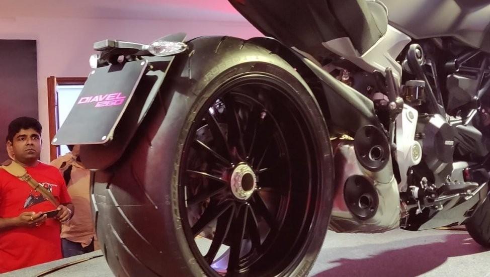 Chắn bùn bắt càng tích hợp pát biển số trên Ducati Diavel 1260