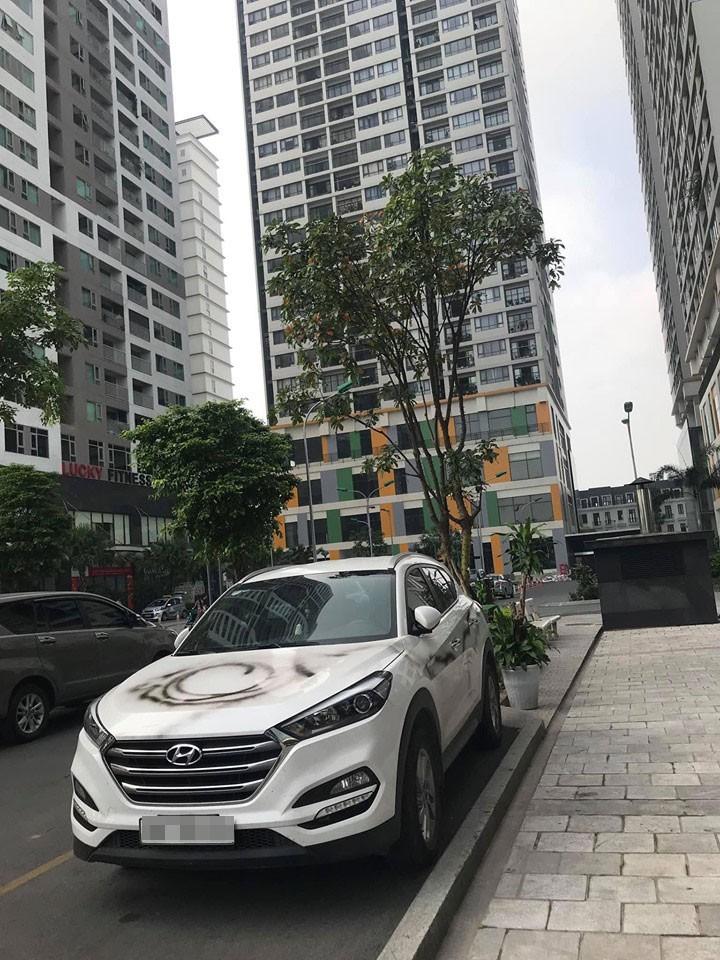 Chiếc Hyundai Tucson bị xịt sơn lên thân xe khi đang đỗ ngoài sảnh một tòa chung cư ở Hà Nội