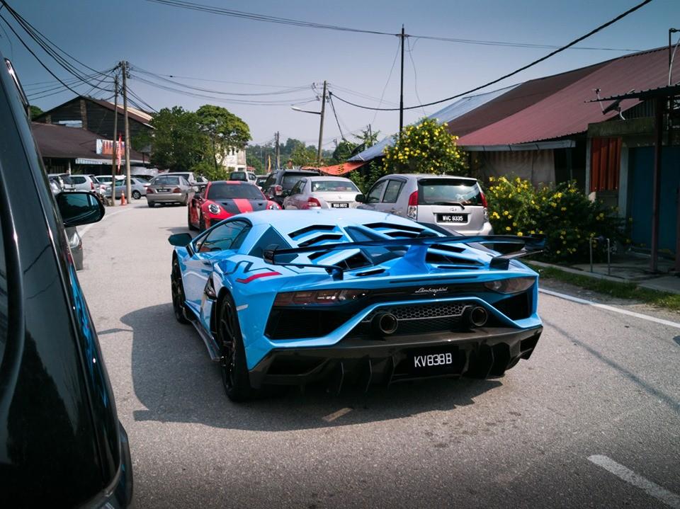 Siêu xe Lamborghini Aventador SVJ và phía xa là Porsche 911 GT2 RS