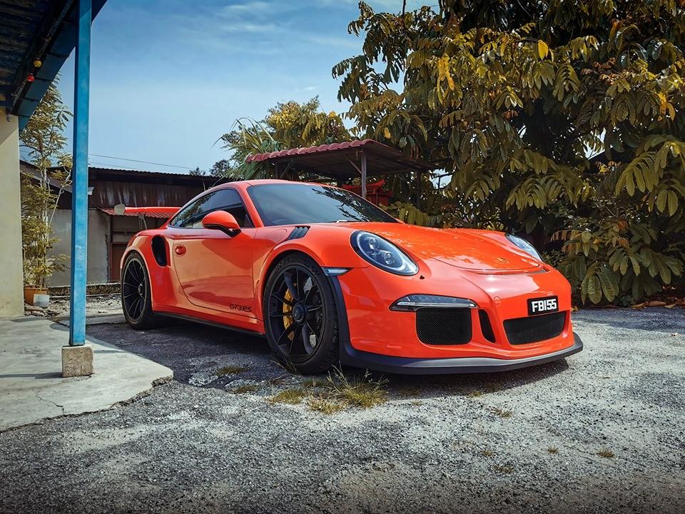 Porsche 911 GT3 RS màu cam nổi bật