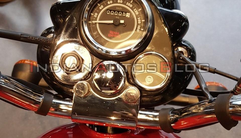 Bảng đồng hồ analog trên Royal Enfield Bullet 350