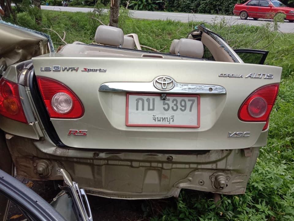 Cản sau của chiếc Toyota Corolla Altis bị bung ra