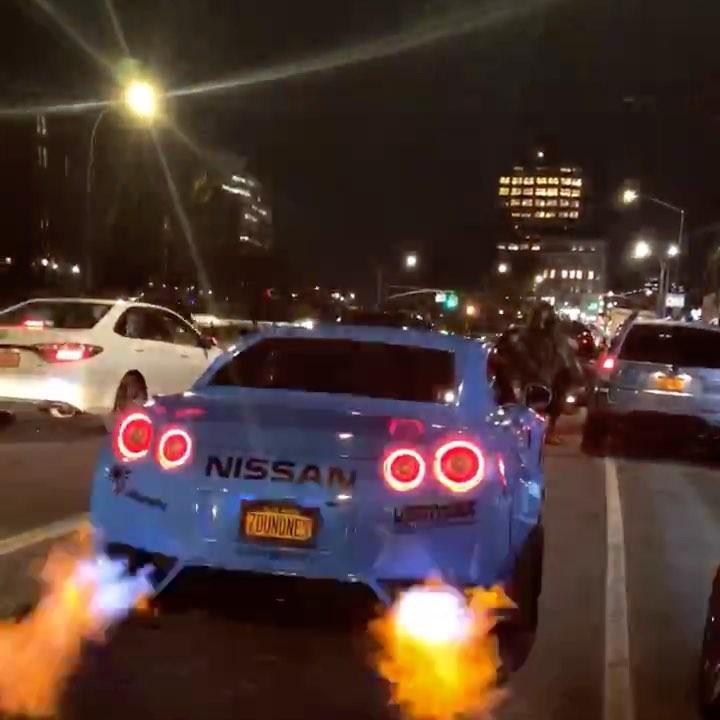 Nếu tìm chiếc siêu xe nào phun lửa dữ dội nhất, Nissan GT-R là đáp án không thể tốt hơn