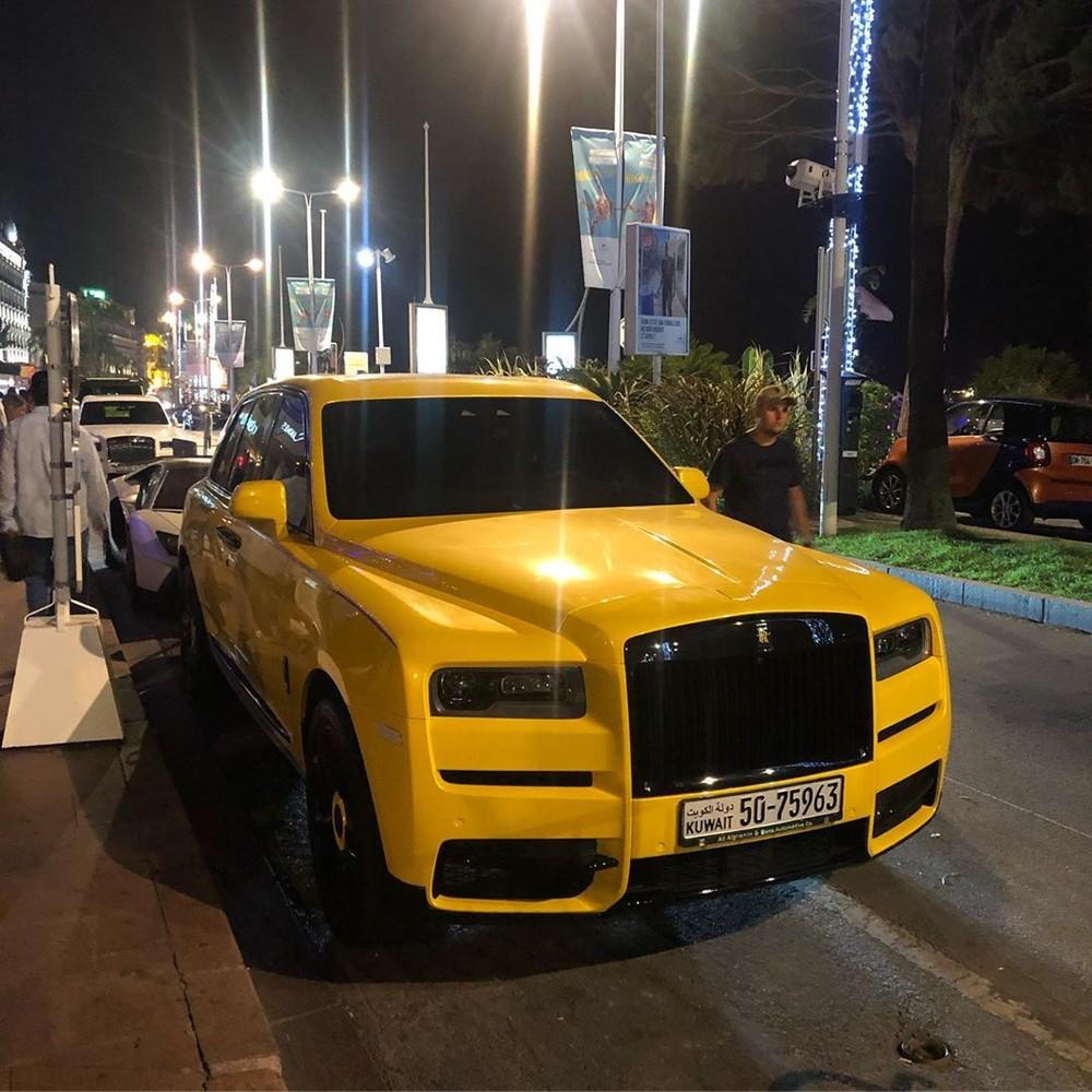 Hình dáng của chiếc Rolls-Royce Cullinan vàng chói được chia sẻ lên Instagram