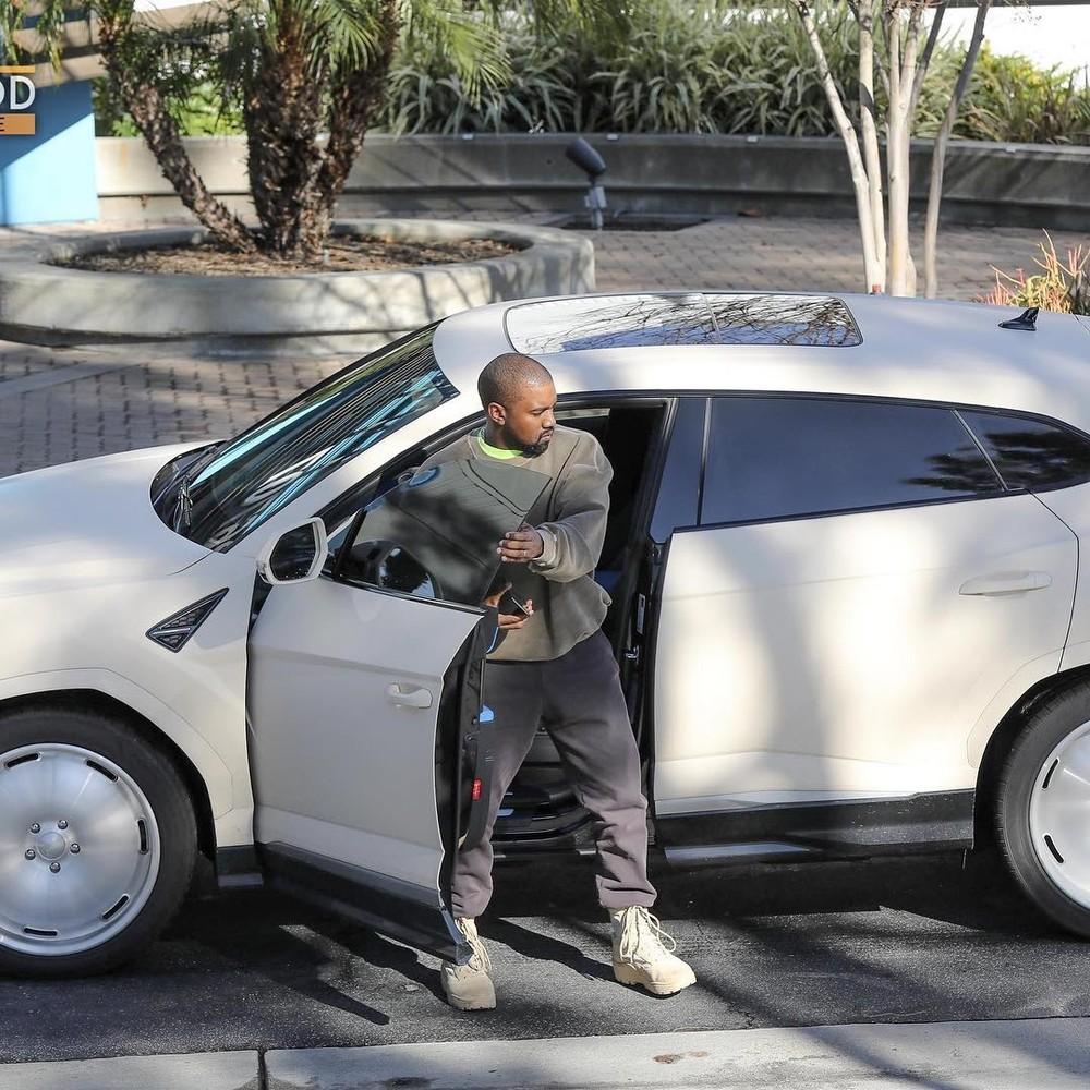 Chồng cô Kim siêu vòng ba và chiếc Lamborghini Urus độ của mình