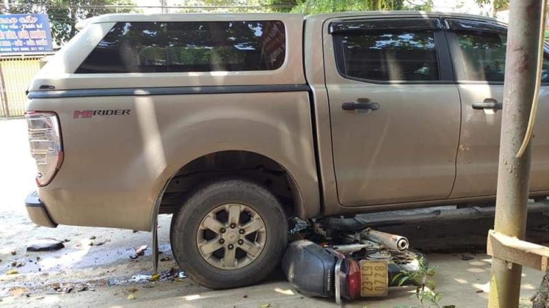 Chiếc xe máy bị cuốn vào gầm xe bán tải Ford Ranger