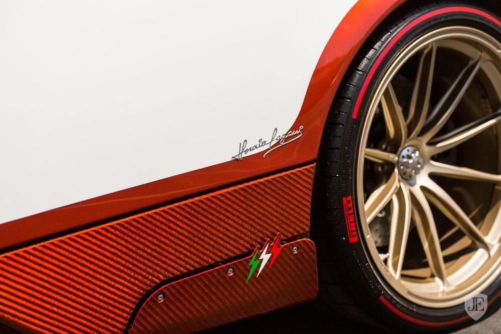 Ba biểu tượng hình sấm sét được khoác áo xanh lá cây, trắng và đỏ tượng trưng cho quốc kỳ Ý