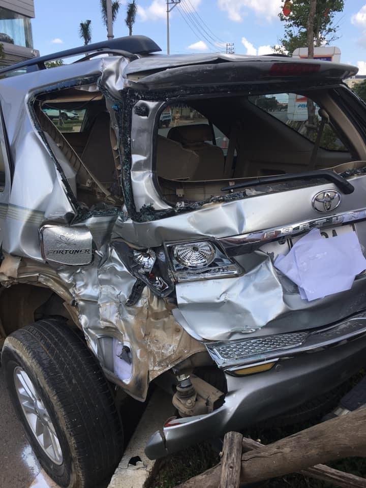 Chiếc Toyota Fortuner biến dạng phần đuôi xe