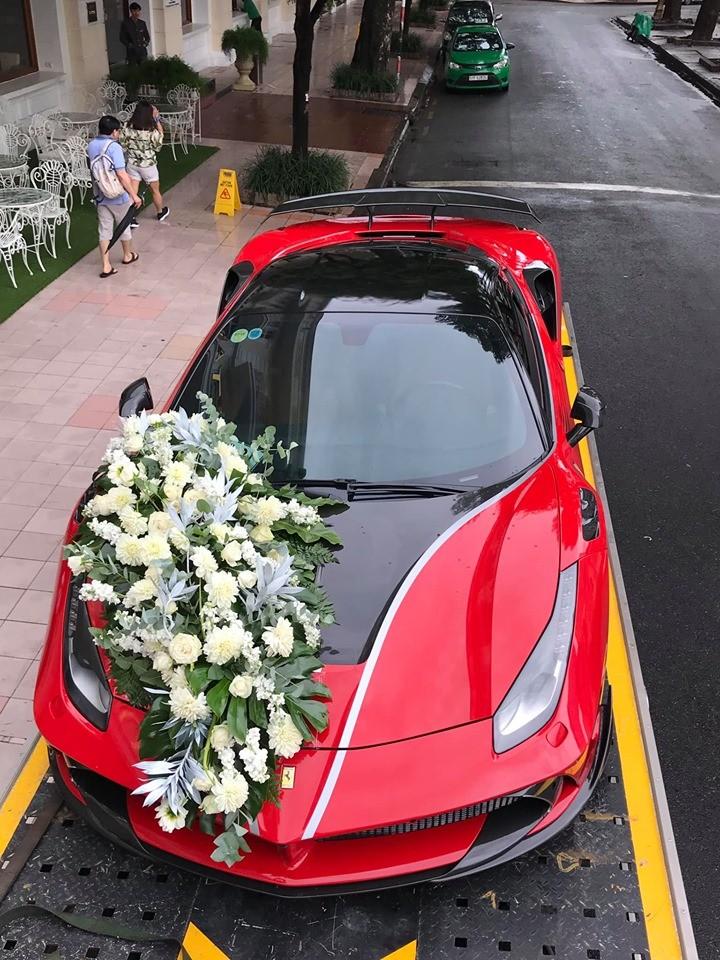 Cách đó 3 ngày chiếc xe này được đưa đến gần nhà hát Tp.HCM với bó hoa cưới xuất hiện nắp capô
