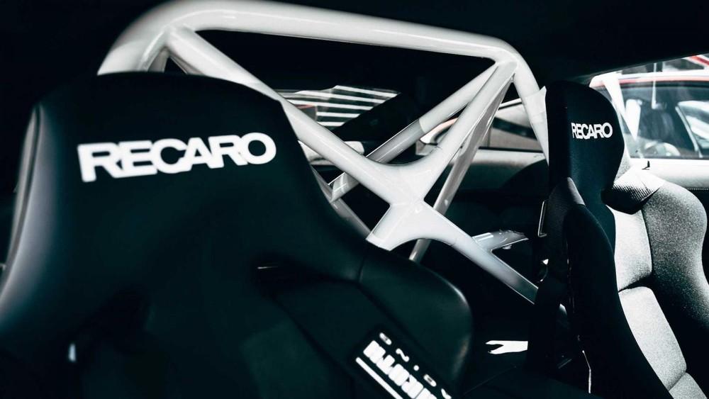 Bộ ghế thể thao Recaro và bộ khung gia cố bên trong xe